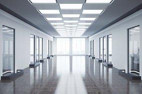 LED-Paneler i en korridor