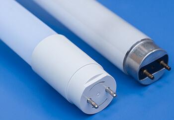 LED-Rör bredvid ett fluorescerande lysrör
